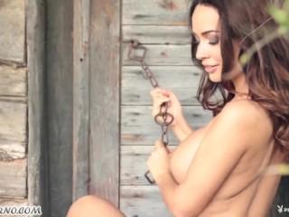 Городская девушка ADRIENN LEVAN шалит на даче .Playboy Plus
