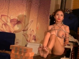 Beautiful chinese nude model Li Zixi taking BDSM style portrait